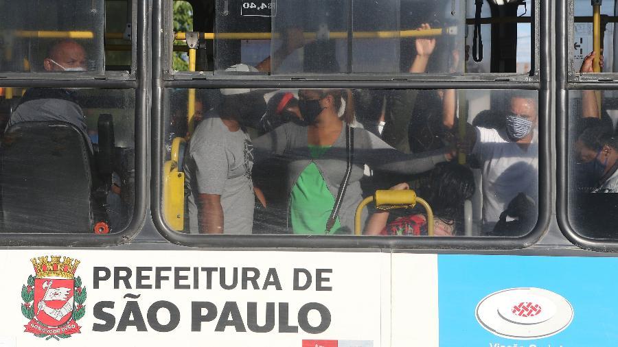 8.jun.2020 - Passageiros em pé dentro do ônibus cheio na Parada Rio Bonito, na cidade de São Paulo - Rivaldo Gomes/Folhapress - 8.jun.2020