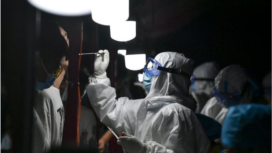 Milhões de pessoas foram testadas nas últimas semanas após covid-19 ressurgir em 15 províncias da China - Getty Images