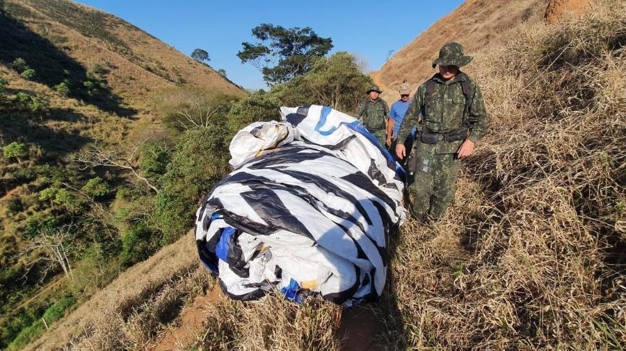 Policiais militares recolher balão clandestino na Grande São Paulo - Polícia Militar Ambiental de São Paulo