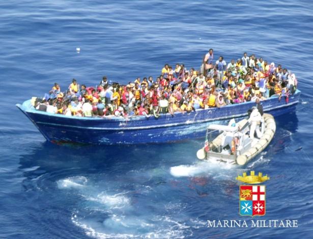 22.ago.2015 - Barco com refugiados é resgatado no Estreito da Sicília, na costa da Itália. A Guarda Costeira italiana anunciou que tentava socorrer quase 3.000 imigrantes à deriva no mar Mediterrâneo após ter recebido vários pedidos de socorro de 18 barcos