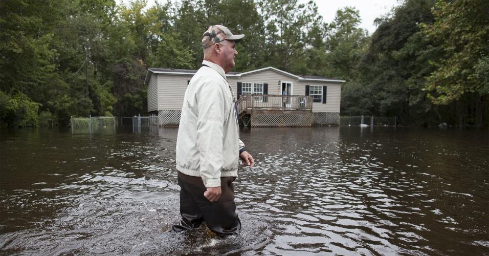 6.out.2015 - Morador caminha pelo lago de Waccamaw, na Carolina do Sul, Estados Unidos. Desde sábado, tempestades castigam a região. Quatorze pessoas já morreram por causa do clima