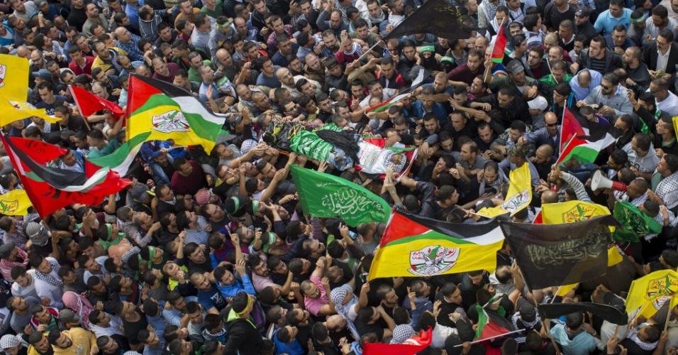 9.out.2015 - Multidão acompanha o corpo do palestino Mohamed Halabi, 19, durante seu funeral em Ramallah, na Cisjordânia. Halabi foi baleado pela polícia israelense no sábado (3) depois de matar dois israelenses na Cidade Velha de Jerusalém