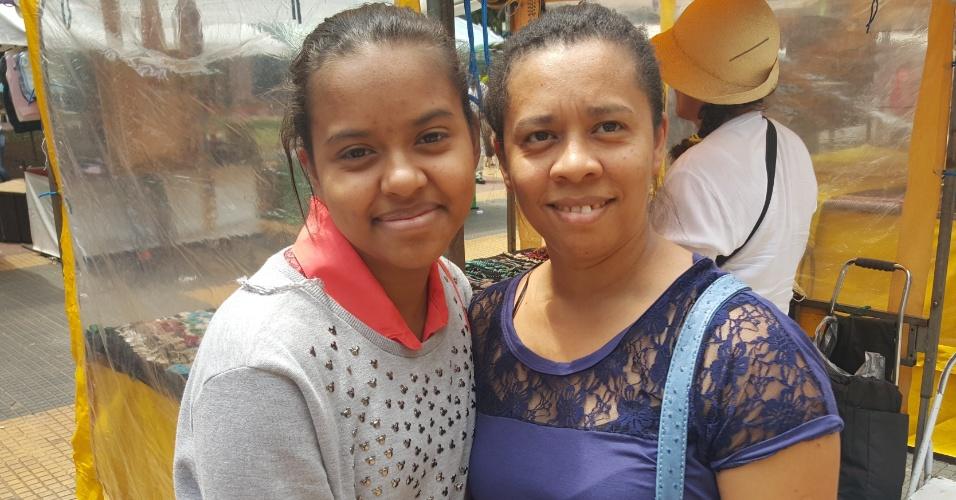 """Para a mãe de Letícia Bacelar, a mudança faria com que a família tivesse mais gastos. """"Ela teria que pegar transporte para ir a essa escola, que é longe e a gente não conhece. Isso bagunça toda a nossa vida"""", diz Ana Cleide, 40"""