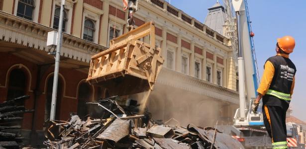 Operários trabalham nas obras de restauração do Museu da Língua Portuguesa, no centro de São Paulo, atingido por um incêndio no final de dezembro