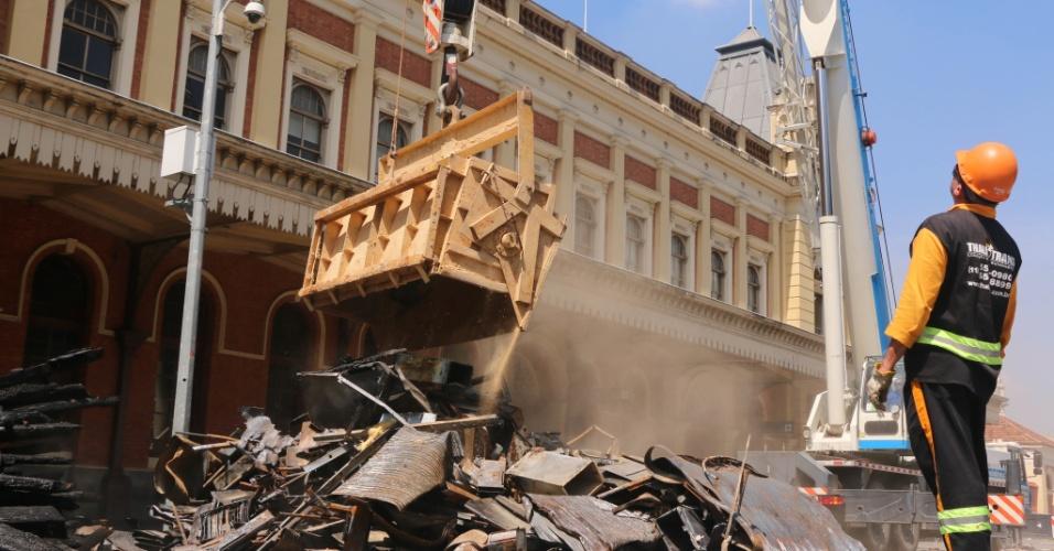 8.jan.2016 - Operários trabalham nas obras de restauração do Museu da Língua Portuguesa, no centro de São Paulo, atingido por um incêndio no final de dezembro. Um guindaste transporta uma caçamba até o interior do prédio. Em seguida, a caçamba é retirada completamente lotada