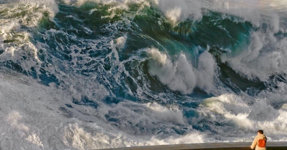 11.jan.2016 - Uma mulher observa ondas enormes quebrarem em San Sebastian, no País Basco, onde o alerta amarelo foi decretado para alertar a população para fortes ventos com rajadas de até 90 km/h e ondas com até oito metros de altura, devido a uma tempestade que ocorre nas proximidades