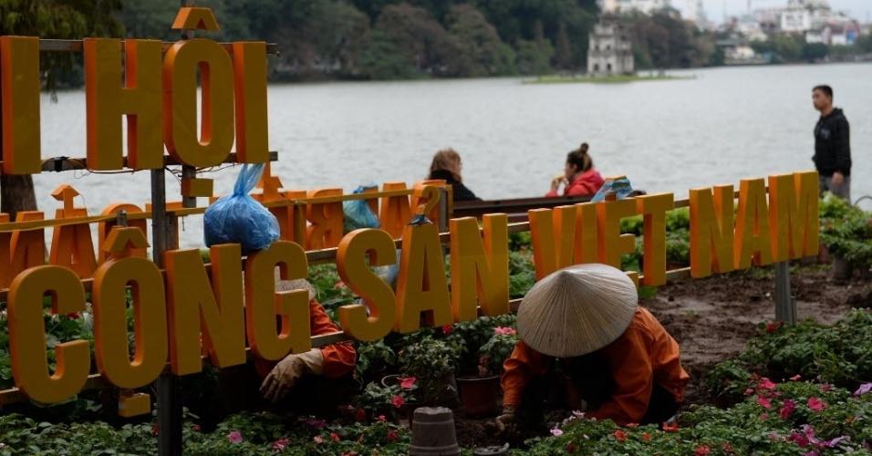 15.jan.2016 - Trabalhadores decoram com flores o símbolo do Congresso Nacional do Partido Comunista do Vietnã em um parque público no centro de Hanói. O congresso deve eleger novos líderes do partido para os próximos cinco anos