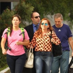Renata Brito (blusa rosa) e Ricardo Honório (camiseta azul) deixaram a sede da PF