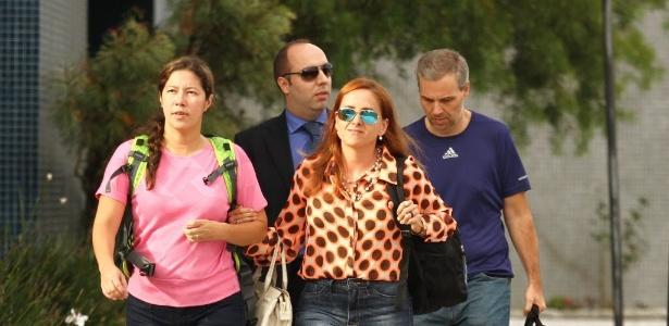 Renata P. Britto (blusa rosa) e Ricardo Honorio Neto (camiseta azul), funcionária e sócio da Mossac Fonseca foram soltos, após o juiz Sérgio Moro conceder a liberdade a ambos