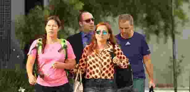Renata P. Britto (blusa rosa) e Ricardo Honorio Neto (camiseta azul), funcionária e sócio da Mossac Fonseca foram soltos, após o juiz Sérgio Moro conceder a liberdade a ambos - Paulo Lisboa/Brazil Photo Press/Folhapress