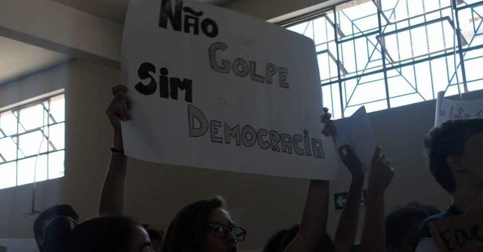Alunos de colégio em Curitiba se dividiram em protestos contra e a favor do impeachment