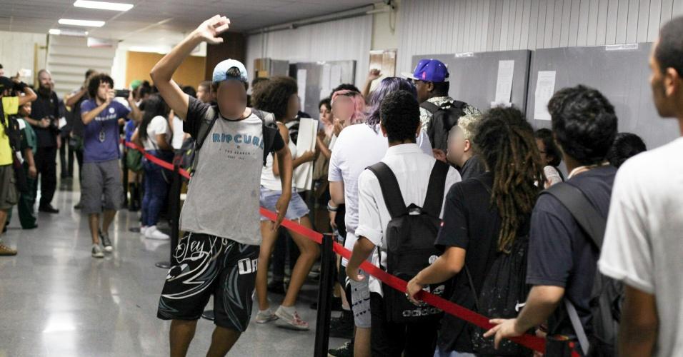 Estudantes entram na Alesp (Assembleia Legislativa do Estado de São Paulo) durante protesto contra fechamento de salas e a máfia das merendas