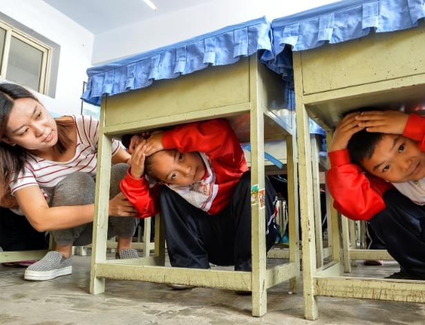 12.mai.2016 - Estudantes durante treinamento para terremoto em Xingtai, na China - Mou Yu/Xinhua