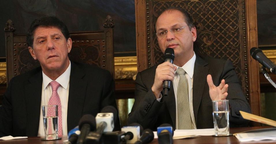 16.mai.2016 - O Ministro da Saúde, Ricardo Barros (à dir.), e o secretário estadual de São Paulo, David Uip, concedem entrevista à imprensa na Faculdade de Medicina da Universidade de São Paulo (USP), na zona oeste da cidade de São Paulo (SP)