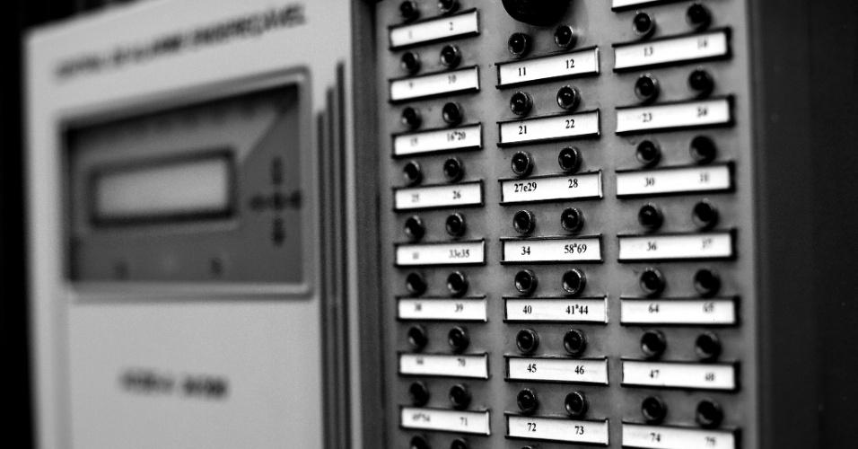 24.mai.2016 - Visitar o Copan é voltar à década de 1960, pois os equipamentos que fazem o prédio funcionar são originais, a exemplo desse antigo sistema de alarme de incêndio, exposto no bloco F