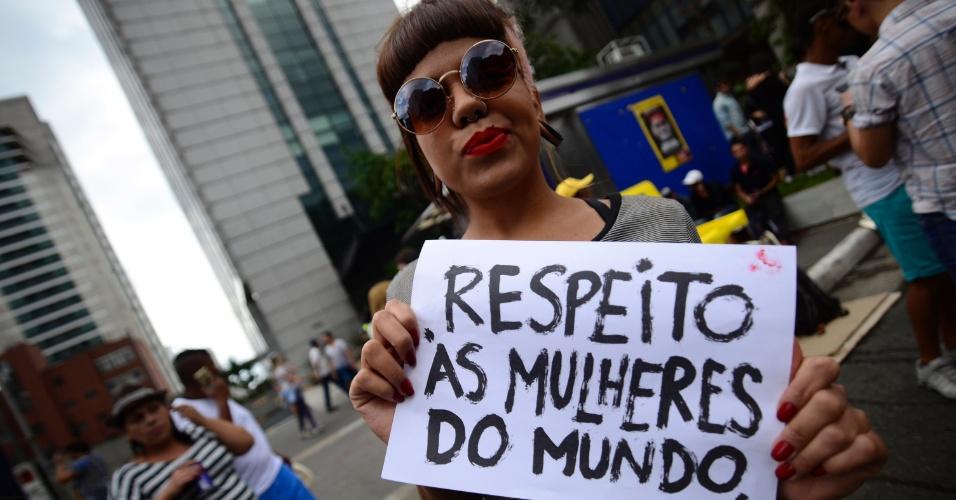 """29.mai.2016 - Manifestante pede """"respeito às mulheres do mundo"""" com cartaz na 20ª Parada do Orgulho LGBT, em São Paulo"""