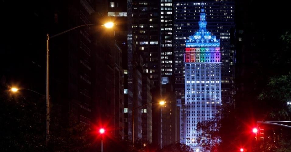 14.jun.2016 - O edifício The Helmsley Building, em Manhattan, em Nova York, é iluminado com as cores da bandeira gay em homenagem às vítimas de atentado que deixou 50 mortos na boate Pulse, em Orlando