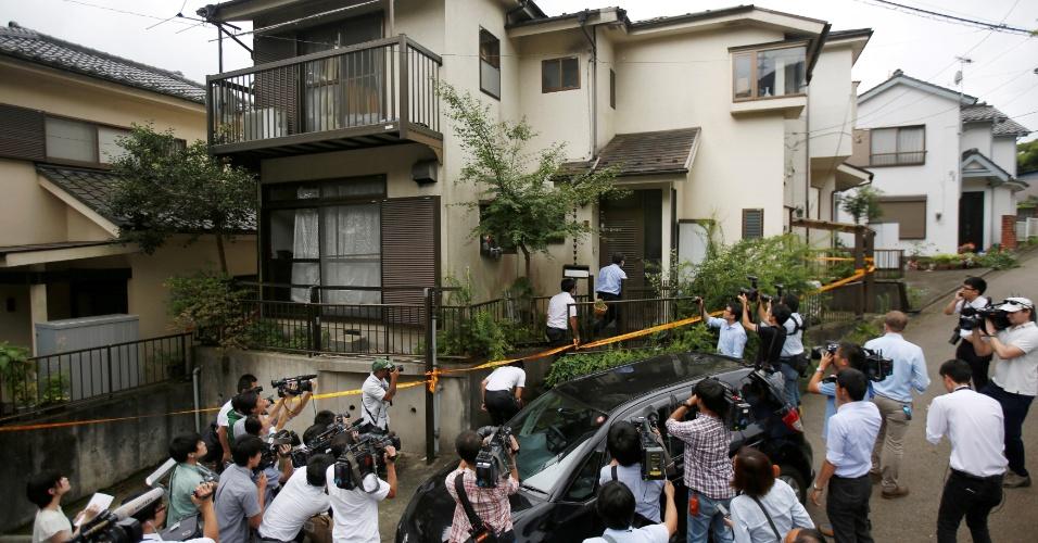 """27.jul.2016 - Cercados por jornalistas, policiais japoneses fazem uma busca na casa de Satoshi Uematsu, suposto autor do massacre em uma clínica para pessoas com deficiência que deixou ao menos 19 mortos. Segundo as autoridades locais, Uematsu, que é ex-funcionário do local, afirmou que queria """"salvar"""" os internos com maior grau de deficiência"""