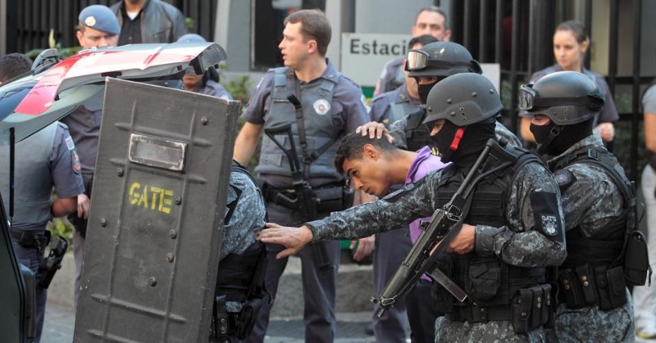 30.jul.2016 - Um grupo de assaltantes roubou uma unidade das Lojas Pernambucanas em Perdizes, zona oeste de São Paulo. Um dos bandidos, que não conseguiu fugir junto com o bando, invadiu a lanchonete Bom Gosto, próxima ao local, e manteve ao menos cinco reféns. Durante a fuga, houve troca de tiros com a PM e um dos bandidos ficou ferido. Por volta das 12h40, todos foram libertados e o assaltante acabou detido. As informações são da Polícia Militar