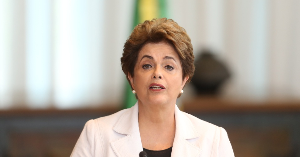 A presidente afastada Dilma Rousseff (PT) faz a leitura de carta a nação no Palácio da Alvorada, em Brasília, na tarde desta terça-feira (16). Ela pediu que o Senado encerre o processo de impeachment, que classificou como golpe, e disse que apoiará um plebiscito para a realização de novas eleições caso volte ao poder.