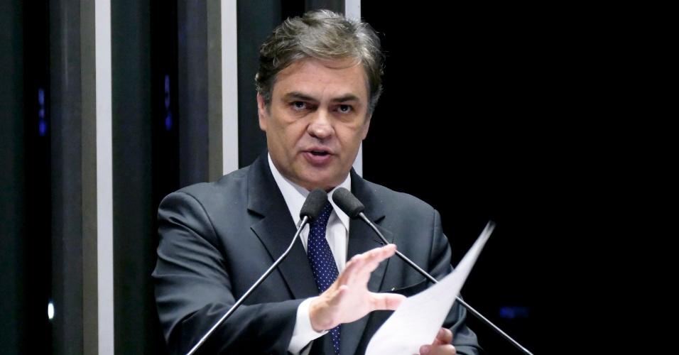 30.ago.2016 - O senador Cássio Cunha Lima (PSDB-PB) afirmou em discurso no plenário da Casa, durante o julgamento da presidente afastada, Dilma Rousseff, que quem fez conluio com o ex-presidente da Câmara e deputado afastado, Eduardo Cunha, foi Dilma