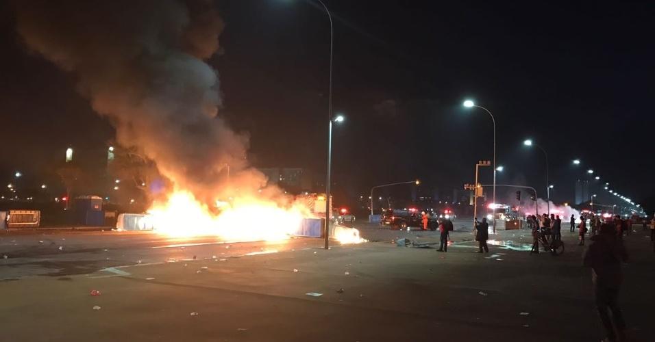 29.nov.2016 - Manifestantes que protestavam contra a PEC do Teto atearam fogo a sacos de lixo e carros na Esplanada dos Ministérios