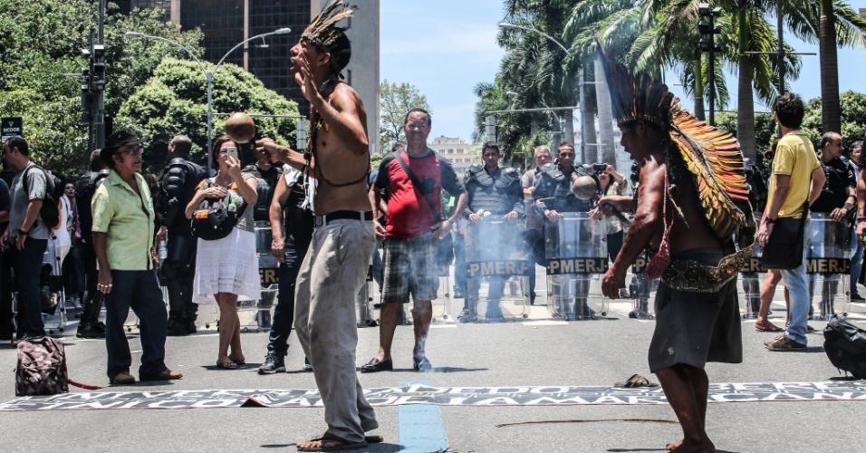 12.dez.2016 - Indígenas se manifestam na região da Assembleia Legislativa do Rio de Janeiro, durante protesto de servidores estaduais contra o pacote de austeridade do governo