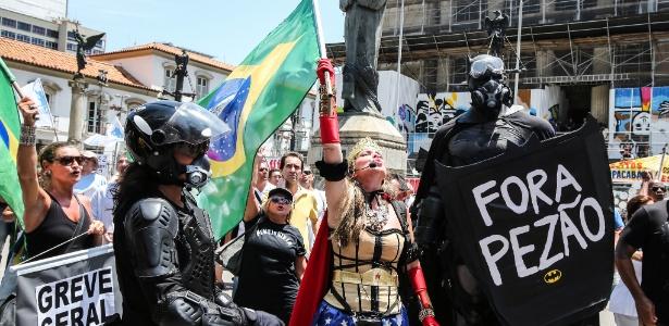 12.dez.2016 - Manifestantes protestam contra a falta de pagamento dos servidores no centro do Rio de Janeiro