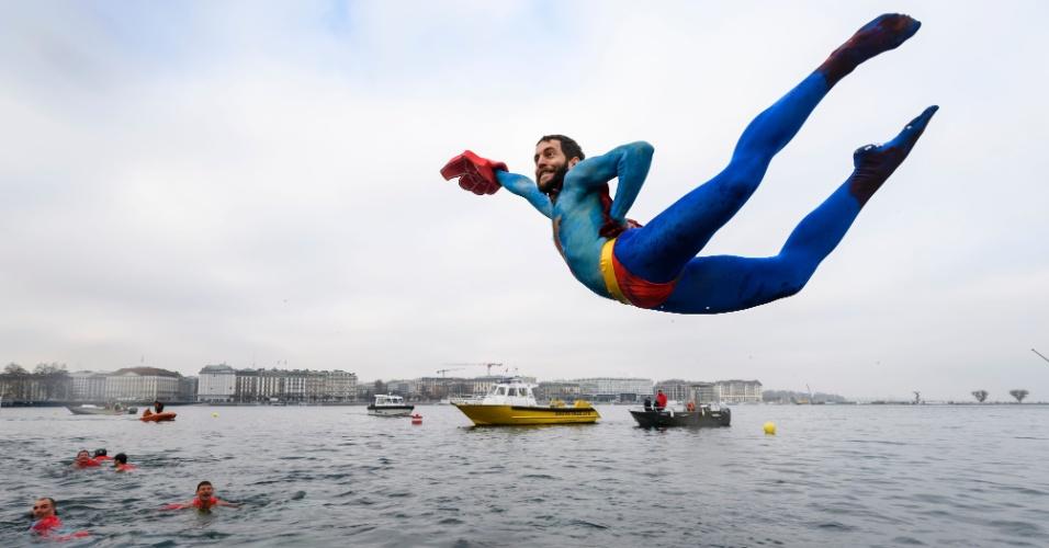 18.dez.2016 - Homem fantasiado de Super-Homem mergulha nas águas a 7ºC no lago Genebra durante uma competição pré-natalina. No evento anual, as pessoas têm de nadar 12 metros nas águas geladas