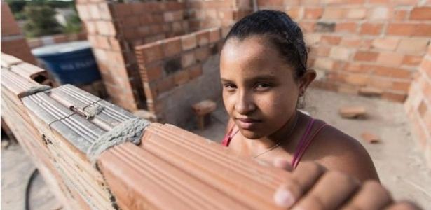 Paula Martins da Silva, moradora da ocupação Dandara, em Belo Horizonte, integra turma atual de projeto que ensina mulheres a planejar e executar reformas em casa