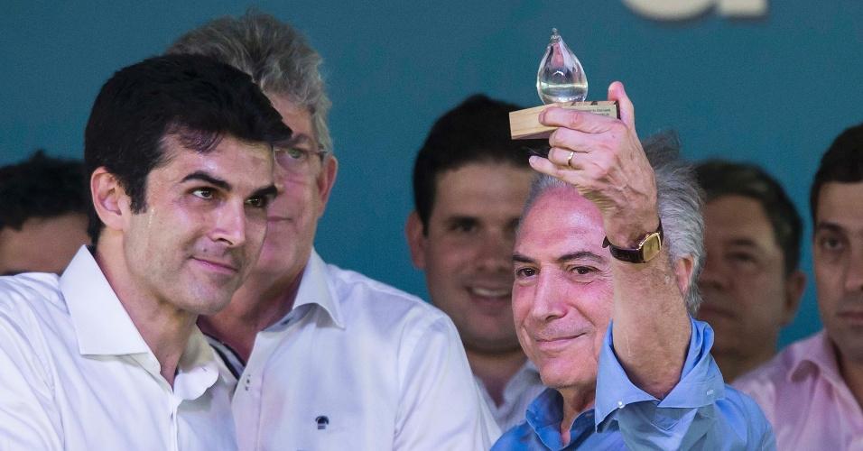 10.mar.2017 - Presidente Michel Temer recebe um troféu das mãos do ministro Helder Barbalho (PMDB-PA) ao participar da cerimônia de inauguração do trecho leste da obra de transposição do rio São Francisco em Monteiro (PB)