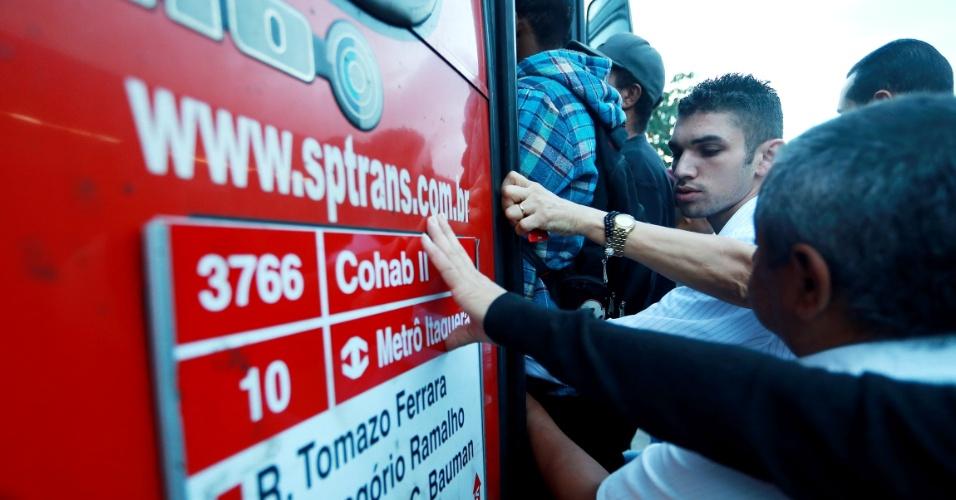 15.mar.2017 - Movimento intenso de passageiros na Estação Itaquera, na zona leste da cidade de São Paulo, na manhã desta quarta-feira, 15. Protestos contra a reforma Trabalhista e da Previdência paralisam o sistema de transporte público de São Paulo nesta manhã