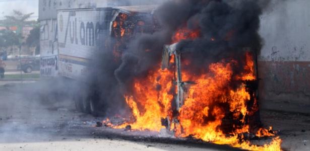 2.mai.2017 - Caminhão é incendiado na Rua do Alpiste, em frente ao Mercado São Sebastião, no Rio de Janeiro (RJ), na manhã desta terça-feira