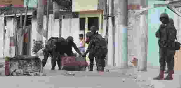 27.set.2017 - Militares removem barricadas deixadas por traficantes na favela Barro Vermelho, em Duque de Caxias - Fabiano Rocha/Agência O Globo