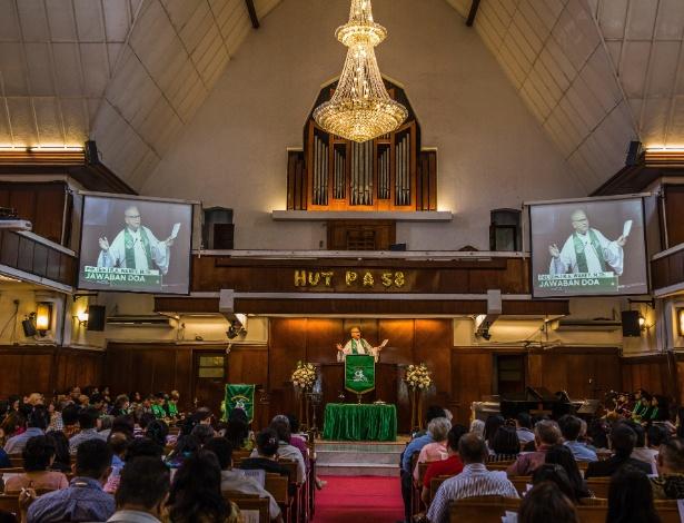 Indonésios na igreja São Paulo, em Jacarta, na Indonésia