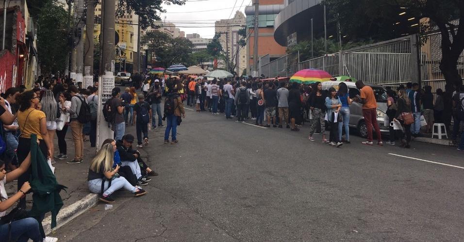 5.nov.2017 - Estudantes aguardam abertura dos portões em local de prova na Barra Funda, região central de São Paulo