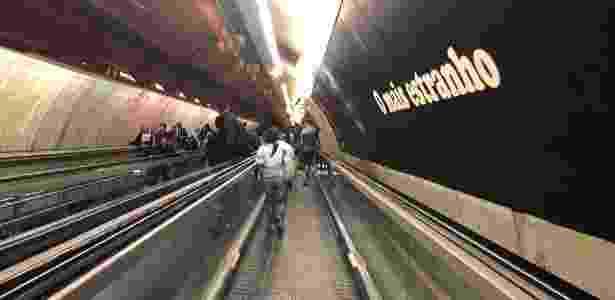 Foto tirada em movimento dentro de ambiente com luz artificial - UOL