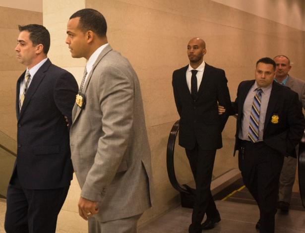 Edward Martins, à esquerda e Richard Hall, centro, detetives do Departamento de Polícia de New York, acusados de estuprar uma mulher em uma van da polícia, chegam ao Tribunal Supremo de Brooklyn em Nova York