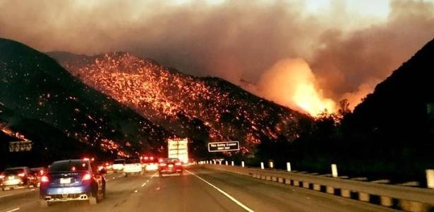 Usuário do Facebook Alex Avlas publicou imagens da chamas em uma rodovia da Califórnia