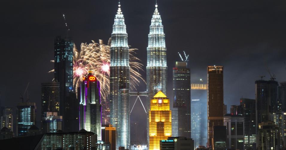 31.dez.2017 - Fogos de artifício explodem próximo às torres gêmeas Petronas, em Kuala Lumpur, durante o Ano Novo na Malásia