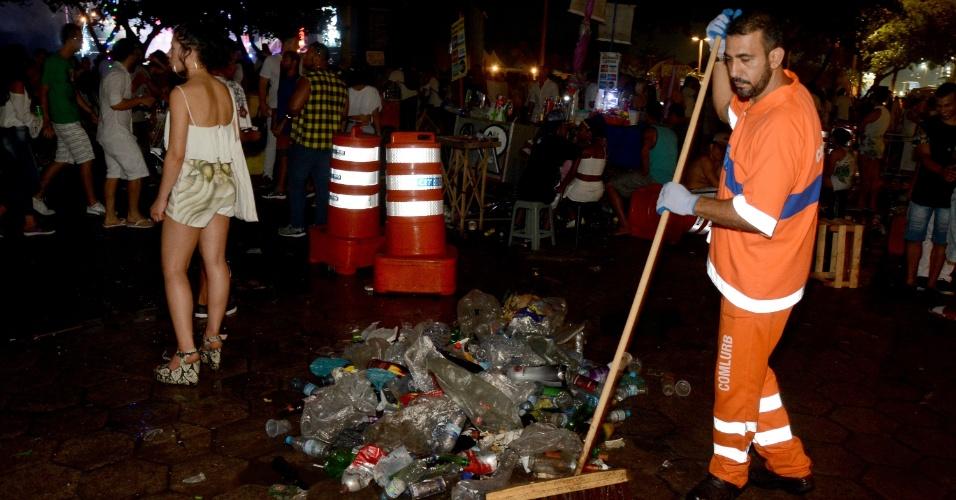 Garis começaram a limpar a praia de Copacabana ainda na noite de 31 de dezembro