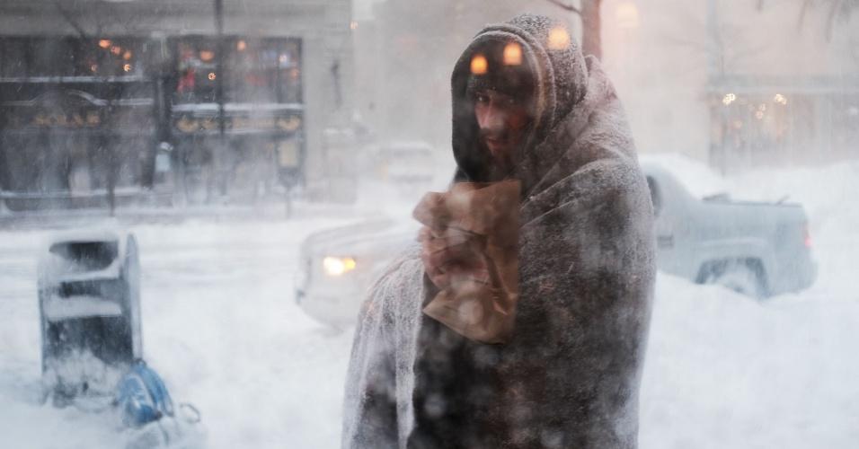 4.jan.2018 - Morador de rua, posicionado do lado de fora de uma cafeteria em um rua de Boston