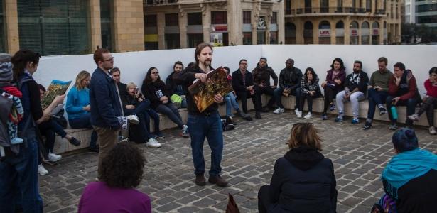 4.fev.2018 - Ronnie Chatah lidera um tour a pé pela cidade de Beirute, no Líbano
