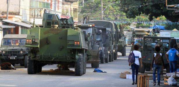 07.mar.2018 - Militares fazem operação na Vila Kennedy, zona oeste do Rio