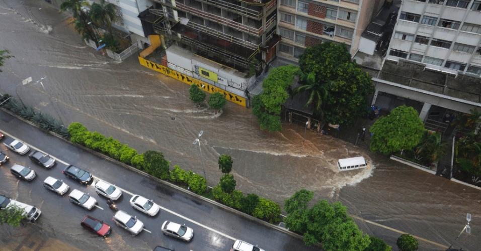 20.mar.2017 - Temporal provocou alagamentos em partes da avenida 9 de Julho, próximo à praça da Bandeira, na região central de São Paulo