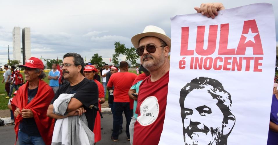 4.abr.2018 - Do outro lado do protesto no STF (Supremo Tribunal Federal), em Brasília, manifestantes demonstram seu apoio a Lula
