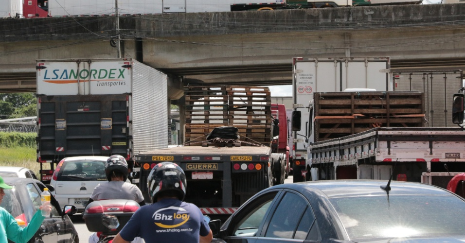 Caminhoneiros protestam e fecham via nos dois sentidos da BR-101 Norte próximo ao km 50, em Abreu e Lima, na região metropolitana do Recife (PE), nesta quarta-feira (23). Além de protestar contra o aumento do combustível, especialmente o diesel, eles também se queixam do valor do repasse do frete e da taxa de pedágio