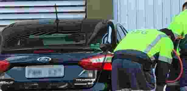 28.mai.2018 - Funcionários usaram carro da prefeitura de São caetano do Sul para transportar gasolina e abastecer carros - Reprodução - Reprodução