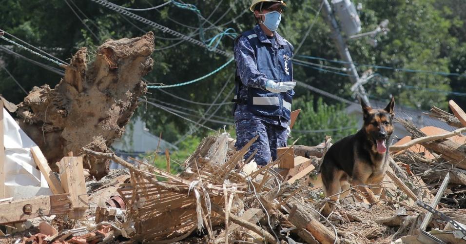 12.jul.2018 - Um membro das Forças de Autodefesa Marítima procuram por pessoas desaparecidas em Kure, na província de Hiroshima