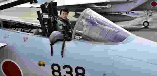 Primeiro-tenente Misa Matsushima posa no cockpit de um caça aéreo F-15J  - Jiji Press/AFP Photo